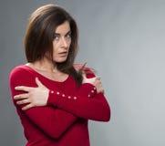 Concepto de la protección para la mujer ofendida 30s con los brazos cruzados Imagen de archivo libre de regalías