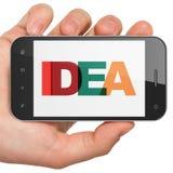Concepto de la publicidad: Mano que sostiene Smartphone con idea en la exhibición libre illustration