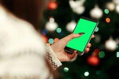 Concepto de la publicidad de la Navidad con el espacio para el texto Holdin de la mujer Foto de archivo libre de regalías