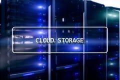 Concepto de la red del almacenamiento de Internet de la tecnolog?a de Cloud Computing en sitio borroso del servidor del superorde foto de archivo