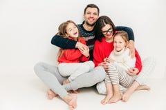concepto de la relación de familia Pequeño pequeño hav alegre lindo de la muchacha fotografía de archivo libre de regalías