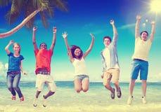 Concepto de la relajación de la felicidad del verano de la amistad de la playa Foto de archivo libre de regalías