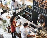 Concepto de la relajación del restaurante del café del contador de la barra de la cafetería fotos de archivo