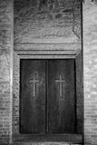 Concepto de la religión - cruz en puerta Fotos de archivo