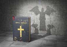 Concepto de la religión Fuerza de la biblia La biblia echó la sombra en la forma de ángeles de rogación 3d ilustración del vector