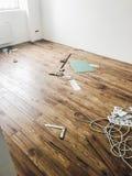 Concepto de la renovación del piso del sitio instalati laminado de madera elegante foto de archivo