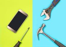 Concepto de la reparación de Smartphone para el márketing del ` s de la compañía de la fijación del teléfono móvil Fije los teléf Foto de archivo libre de regalías