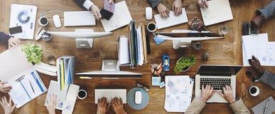 Concepto de la reunión de reflexión de la comunicación del trabajo en equipo del negocio foto de archivo