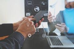 concepto de la reunión del equipo del funcionamiento del co, hombre de negocios usando el teléfono elegante adentro Imágenes de archivo libres de regalías
