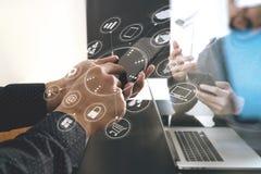 concepto de la reunión del equipo del funcionamiento del co, hombre de negocios usando el teléfono elegante adentro Imagen de archivo libre de regalías