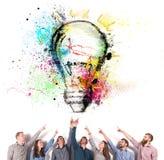 Concepto de la reunión de reflexión con los hombres de negocios que indican una lámpara Concepto de inicio de la idea y de la com fotos de archivo