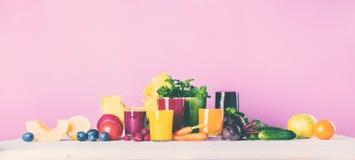 Concepto de la salud de los vidrios del Smoothie de los jugos diverso Imagen de archivo libre de regalías