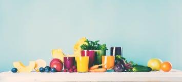 Concepto de la salud de los vidrios del Smoothie de los jugos diverso Imagenes de archivo