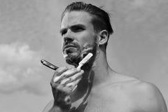 Concepto de la salud y de la sexualidad Cuerpo masculino con los hombros fuertes atractivos en fondo claro del cielo Fotografía de archivo