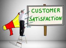 Concepto de la satisfacción del cliente dibujado por un hombre en una escalera imagenes de archivo