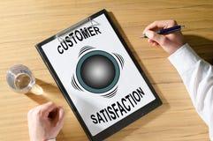 Concepto de la satisfacción del cliente en un escritorio foto de archivo