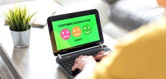Concepto de la satisfacción del cliente en una pantalla del ordenador portátil imágenes de archivo libres de regalías