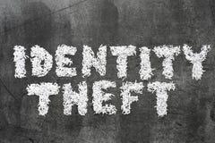 Concepto de la seguridad con el ladrón disimulado que roba datos del ordenador de la computadora portátil en la noche Foto de archivo libre de regalías
