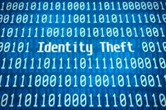 Concepto de la seguridad con el ladrón disimulado que roba datos del ordenador de la computadora portátil en la noche Imagenes de archivo