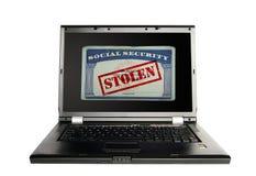 Concepto de la seguridad con el ladrón disimulado que roba datos del ordenador de la computadora portátil en la noche Fotografía de archivo