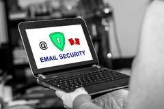 Concepto de la seguridad del correo electrónico en una tableta imágenes de archivo libres de regalías