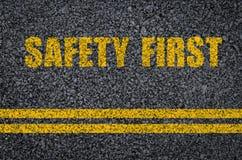 Concepto de la seguridad en carretera: Seguridad primero en el asfalto con las líneas centrales Fotografía de archivo libre de regalías