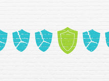 Concepto de la seguridad: icono del escudo en fondo de la pared Fotografía de archivo