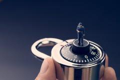 Concepto de la seguridad y de la seguridad, estatuilla miniatura en guar de la seguridad Imagen de archivo