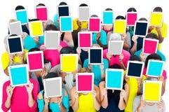 Concepto de la sociedad de la comunicación de la tableta de Digitaces de la reunión social Foto de archivo