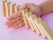 Concepto de la solución con la mano que para bloques de madera Foto de archivo