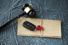 Concepto de la subasta del coche - llave del mazo y del coche en el de madera imágenes de archivo libres de regalías