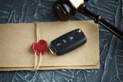 Concepto de la subasta del coche - llave del mazo y del coche en el de madera imagen de archivo libre de regalías