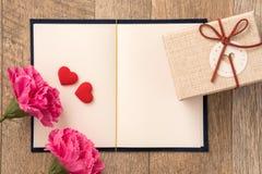Concepto de la tarjeta de felicitación de dar el presente y tarjeta del día de San Valentín, aniversario, el día de madre y sorpr imagen de archivo