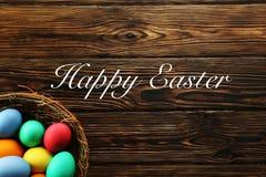 Concepto de la tarjeta de felicitación de Pascua Composición festiva en fondo de madera stock de ilustración