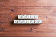 Concepto de la tarjeta de la Feliz Año Nuevo en llaves de teclado de ordenador en un woode Fotos de archivo libres de regalías