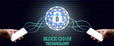 Concepto de la tecnología de Blockchain, hombre de negocios dos que lleva a cabo el smartphon Fotos de archivo
