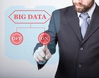 Concepto de la tecnología, de Internet y del establecimiento de una red - el hombre de negocios avanza el botón del poder en dato Imagen de archivo