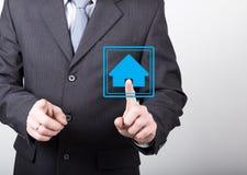 Concepto de la tecnología, de Internet y del establecimiento de una red - el hombre de negocios presiona el botón casero en las p Foto de archivo