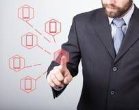 Concepto de la tecnología, de Internet y del establecimiento de una red - el hombre de negocios presiona el botón de la antena en Foto de archivo libre de regalías