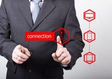 Concepto de la tecnología, de Internet y del establecimiento de una red - el hombre de negocios presiona el botón de la conexión  Fotografía de archivo libre de regalías