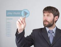 Concepto de la tecnología, de Internet y del establecimiento de una red - el hombre de negocios presiona el botón de la música de Imágenes de archivo libres de regalías