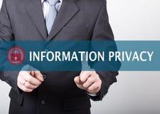 Concepto de la tecnología, de Internet y del establecimiento de una red - el hombre de negocios presiona el botón de la privacida Imágenes de archivo libres de regalías