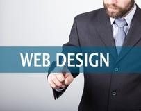 Concepto de la tecnología, de Internet y del establecimiento de una red - el hombre de negocios presiona el botón del diseño web  Foto de archivo