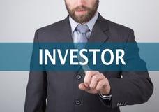Concepto de la tecnología, de Internet y del establecimiento de una red - el hombre de negocios presiona el botón del inversor en Imagen de archivo libre de regalías