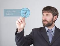 Concepto de la tecnología, de Internet y del establecimiento de una red - el hombre de negocios presiona el botón del sistema pro Fotografía de archivo libre de regalías