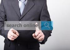 Concepto de la tecnología, de Internet y del establecimiento de una red - las prensas del hombre de negocios buscan el botón en l Fotografía de archivo libre de regalías