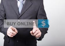 Concepto de la tecnología, de Internet y del establecimiento de una red - las prensas del hombre de negocios compran el botón en  Imagen de archivo