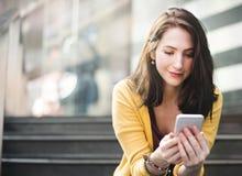 Concepto de la tecnología de la ciudad de la conexión del teléfono móvil de la mujer que espera Imagen de archivo