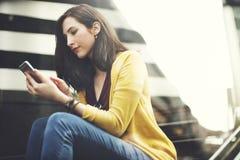 Concepto de la tecnología de la ciudad de la conexión del teléfono móvil de la mujer que espera Fotos de archivo libres de regalías