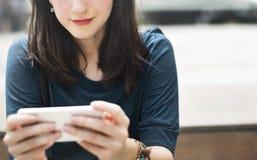 Concepto de la tecnología de la ciudad de la conexión del teléfono móvil de la mujer que espera Imagen de archivo libre de regalías